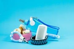 Bürsten Sie Kamm, Schüssel mit Snäcken, Krägen, Nagelscheren und Wasser Stockfotografie
