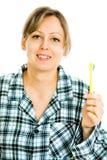 Bürstende Zähne der Blondine, säubernd - tägliche Routinetätigkeit lizenzfreie stockbilder
