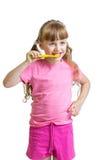 Bürstende Zähne des Mädchens lokalisiert Stockfotos