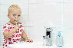 Bürstende Zähne des netten Kleinkindjungen Säubernde Zähne, Zahnpflege entzückendes Baby, das sich oben wäscht Stockfotografie