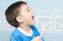 Bürstende Zähne Little Boys für zahnmedizinisches Gesundheitswesen lizenzfreie stockfotos