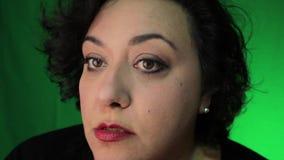 Bürstendes Gesicht reifer Latina-Frau mit Pulver stock video