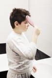 Bürstendes Haar des Jungen stockfotografie