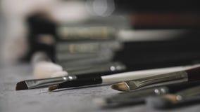 Bürstensatz für Make-up auf Tabelle stock footage