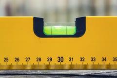 Bąbla pozioma wody budowy spirytusowy narzędzie na drewnianej deski zbliżeniu Zdjęcia Royalty Free