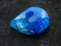 bębnujący błękitny stonowany agata gemstone na zmroku Obraz Stock