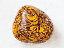 bębnujący Mariam Kamienny gemstone na bielu Zdjęcie Stock