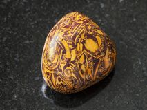bębnujący Mariam Kamienny gemstone na zmroku Obrazy Stock
