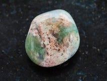 bębnujący mech agata gemstone na zmroku Obrazy Stock