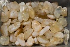 Bębnujący scitrine klejnotu kamień jako kopaliny skała obraz stock