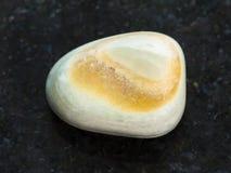 bębnujący szary agata gemstone na zmroku Zdjęcie Royalty Free