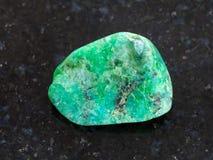 bębnujący zielony agata gemstone na ciemnym tle Fotografia Stock