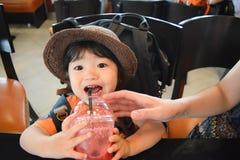 będący ubranym kapeluszowej chłopiec która jest ślicznym japońskim dzieciakiem Zdjęcie Stock