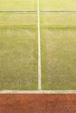 Będący ubranym out plastikowy kosmaty dywan na outside hanball sądzie Podłoga z kolorowymi ocechowanie liniami Fotografia Stock