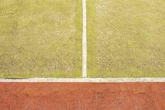 Będący ubranym out plastikowy kosmaty dywan na outside hanball sądzie Podłoga z kolorowymi ocechowanie liniami Fotografia Royalty Free