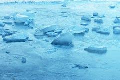 Błękitów Lodowi kawały na jezioro powierzchni zdjęcia stock