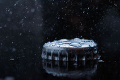 Błękit świeżej wody pluśnięcia jasny korek od butelki Zdjęcia Royalty Free