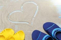 Błękit, żółte trzepnięcie klapy i serce na piaskowatej plaży, Zdjęcia Royalty Free