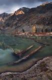 Błękit Błotnisty Wodny jezioro Otaczający górami Odbija niebo, Altai gór natury jesieni krajobrazu Górska fotografia Zdjęcia Royalty Free