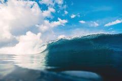 Błękit baryłki fala w oceanie Łamania niebo z chmurami w Bali i fala Obraz Stock
