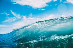 Błękit baryłki fala w oceanie Jasny fala i słońca światło Fotografia Stock