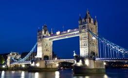 błękit bridżowa godzina iluminujący wierza fotografia stock