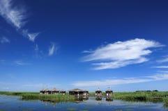błękit chmur duckweed domu jeziorny nieba biel Obraz Royalty Free