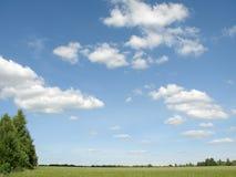 błękit chmur pole nad niebem. Zdjęcia Stock