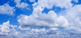 błękit chmurnieje bufiastego niebo Zdjęcia Stock