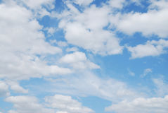 błękit chmurnieje niebo biel Obrazy Stock