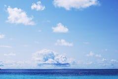 błękit chmurnieje niebo biel Obrazy Royalty Free