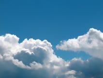 błękit chmurnieje niebo biel Zdjęcie Royalty Free