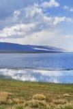 Błękit chmurnieje przy brzeg Qinghai jezioro Obrazy Stock