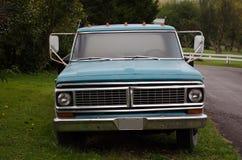 Błękit ciężarówka parkująca na drogi stronie na trawie Fotografia Stock