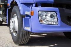 Błękit ciężarówka z dużymi kołami Obrazy Stock