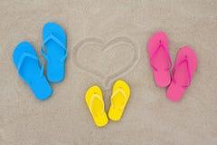 Błękit, czerwień, żółte trzepnięcie klapy i serce na plaży, Fotografia Royalty Free