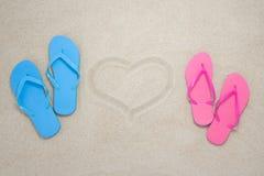 Błękit, czerwone trzepnięcie klapy i serce na plaży, Zdjęcia Stock