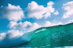 Błękit fala w oceanie Łamać dużego niebo z chmurami i fala Obrazy Stock
