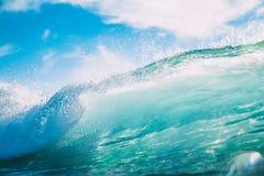 Błękit fala w oceanie Łamanie fala i słońca światło Obraz Stock