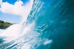 Błękit fala w oceanie Jasna fala i niebieskie niebo Fotografia Royalty Free