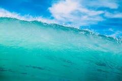 Błękit fala w oceanie Jasna fala i niebo Obrazy Stock