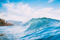 Błękit fala w oceanie Jasny fala i słońca światło Fotografia Stock