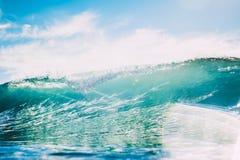 Błękit fala w oceanie Jasny fala i słońca światło Obrazy Royalty Free