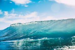 Błękit fala w oceanie Jasny fala i słońca światło Obrazy Stock