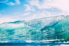 Błękit fala w oceanie Jasny wody i słońca światło Fotografia Royalty Free