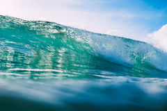 Błękit fala w oceanie Kryształ fala i słońca światło Zdjęcie Royalty Free
