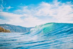 Błękit fala w oceanie Lufowa fala dla surfować, słońca światła i brzeg, Zdjęcie Stock
