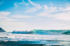 Błękit fala w oceanie Pęcznienie dla surfować w morzu Obrazy Royalty Free