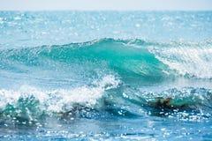 Błękit fala w tropikalnym oceanie Falowy baryłki rozbijać i jasna woda Zdjęcie Royalty Free