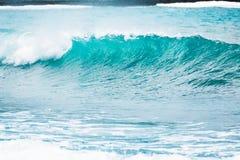 Błękit fala w tropikalnym oceanie Falowy baryłki rozbijać i jasna woda Zdjęcia Stock